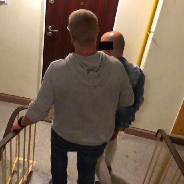 Warszawa. Policjant z zatrzymanym mężczyzną