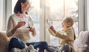 Dekoracja okna na Boże Narodzenie to zajęcie, które potrafi zjednoczyć całą rodzinę
