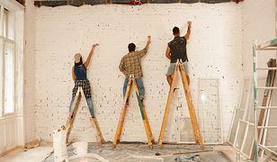 Polak na urlopie zamiast wypoczywać, maluje ściany. Ile kosztuje nas remont?