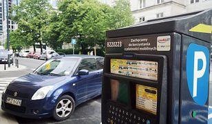 Warszawa. Nowe naklejki na parkometrach. Przypominają o możliwości mobilnych płatności.
