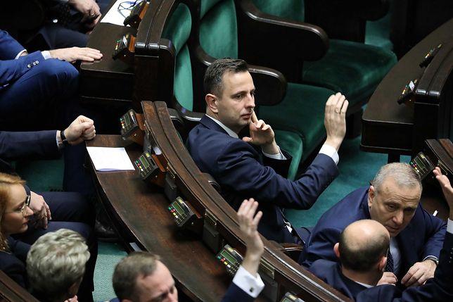 Opozycja przegrała głosowania, choć powinna je wygrać