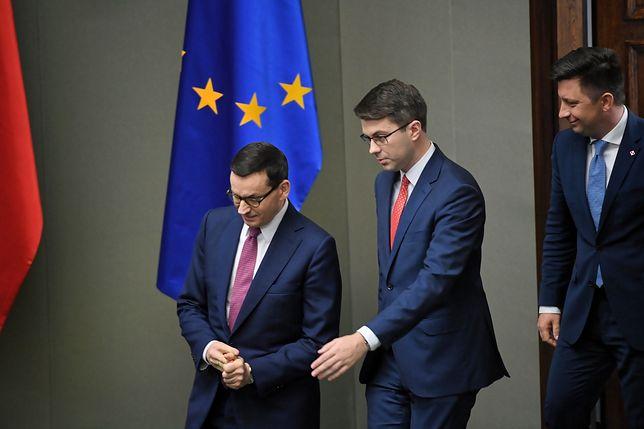 Premier Mateusz Morawiecki i jego współpracownicy: Piotr Mueller i Michał Dworczyk
