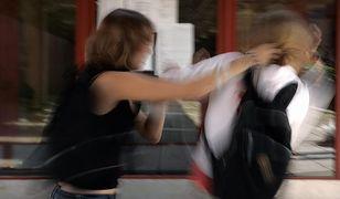 """Koleżanki z klasy pobiły Julię """"za twarz"""". Ją też ukarano"""