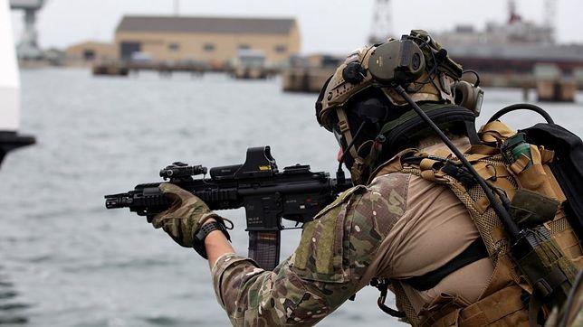 Żołnierz GROM podczas operacji w Lizbonie (domena publiczna)