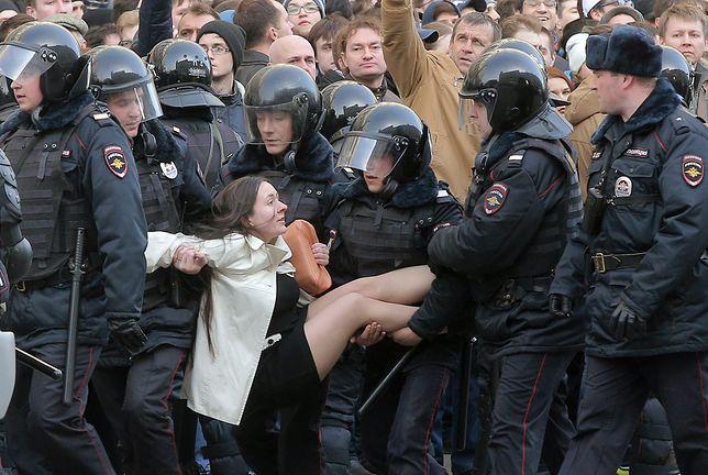 Olga Łozina zatrzymywana podczas demonstracji w Moskwie