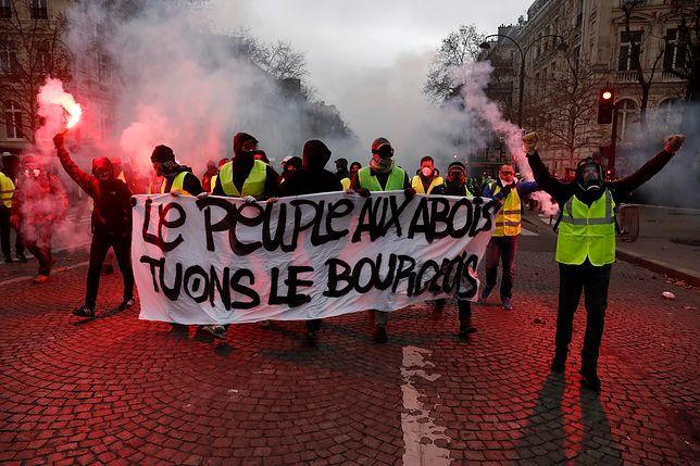 """Gwałtowne starcia """"żółtych kamizelek"""" z policją w Paryżu. Gaz i nielegalna broń"""