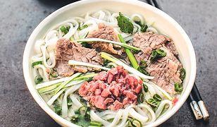 Phở bò Hanoi. Aromatyczna zupa z makaronem ryżowym i wołowiną