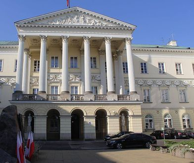 Podejrzenie korupcji w stołecznym ratuszu. Kluczowy świadek przebywa w Niemczech