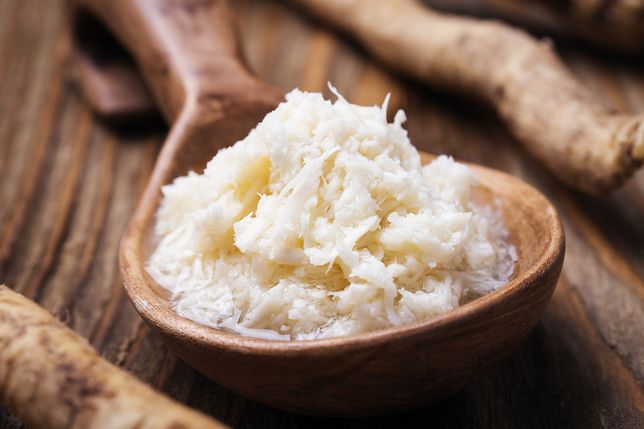 Chrzan stosowany jest najczęściej jako przyprawa do mięs, która nie tylko poprawia ich smak, ale ma także właściwości konserwujące. Przepisy z chrzanem