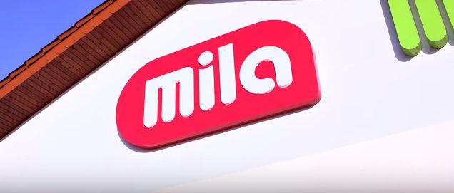 Logo sklepów Mila to biały napis na czerwonym tle