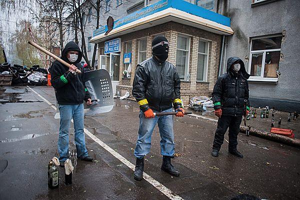 Separatyści przed budynkiem milicji w Słowiańsku