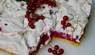 Ciasto z czerwoną porzeczką i bezą