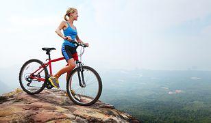 Jazda na rowerze pozytywnie wpływa na stan zdrowia i pozwala spalić tkankę tłuszczową.