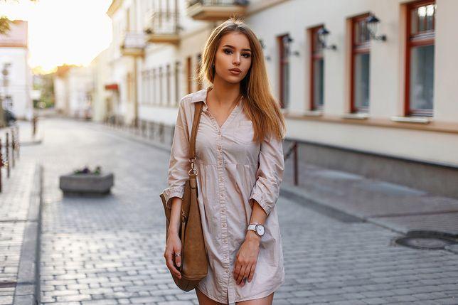 Sukienka koszulowa w pastelowym kolorze świetnie współgra z brązowymi dodatkami