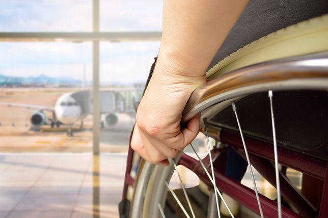 Staruszka przez wiele godzin koczowała na lotnisku. Zawiniła linia lotnicza?