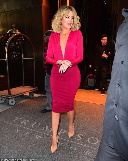 Zachwycająca Khloe Kardashian w czerwonej kreacji