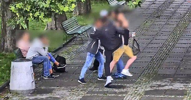 Brutalnie pobili przechodnia przed Pałacem Kultury. Przestępców nagrały kamery monitoringu