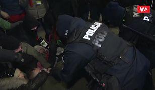 Strajk Kobiet. Protest w Dniu Kobiet. Policja wynosi protestujących