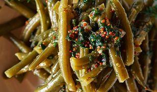 Sałatka z fasolki szparagowej z miodowo-musztardowym sosem