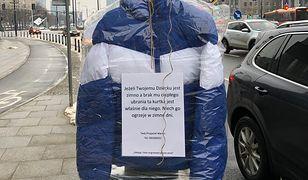 Marcin rozwiesza kurtki w Warszawie. Ma powód