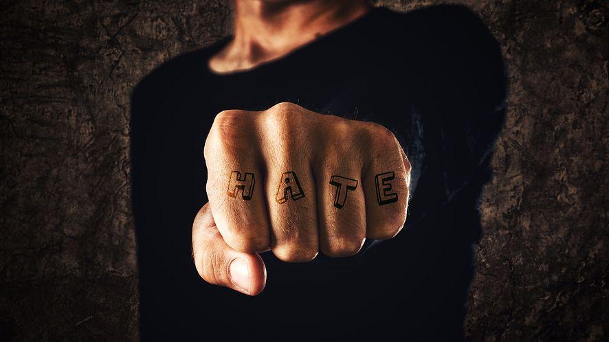 Internetowi potentaci razem przeciw mowie nienawiści. Facebookowi pomoże w tym sztuczna inteligencja