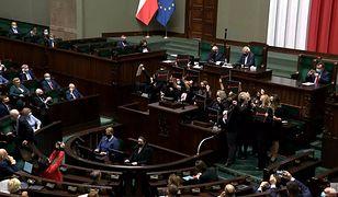 Awantura na wtorkowym posiedzeniu Sejmu. Posłanki Lewicy wdarły się na mównicę