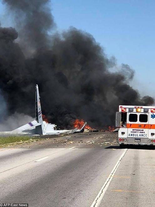 Katastrofa w USA. Wojskowy samolot runął na drogę