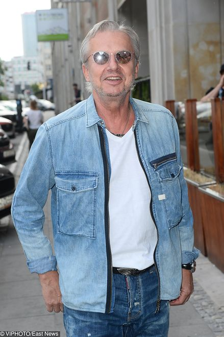 Siwe włosy i dżinsowa koszula. Bogusław Linda w wieku emerytalnym