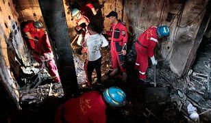 Ratownicy szukają ciał po samobójczym zamachu w bagdadzkiej dzielnicy Karrada