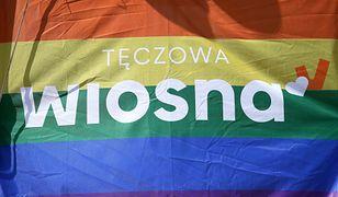 Sopot. Polityk Wiosny Michał Piękoś został zaatakowany, kiedy zbierał podpisy z tęczową flagą na dworcu