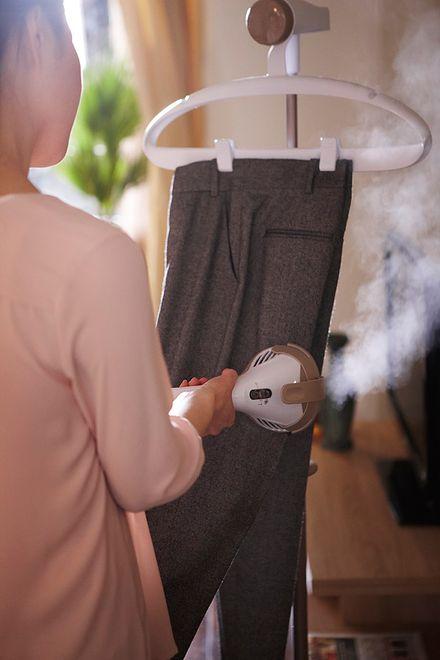 Urządzenie, dzięki któremu możesz uprasować ubrania na wieszaku