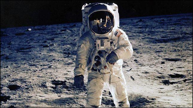 Astronauta na powierzchni Księżyca