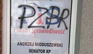 """""""PZPR"""" i """"Czas na sąd ostateczny"""". Atak wandali na biura PiS"""