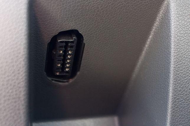 Złącze OBD pozwala mechanikowi na podłączenie komputera do samochodu i przeczytanie komunikatów o błędach