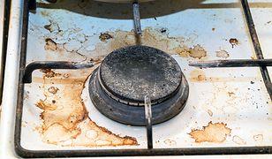 Przypalony tłuszcz na kuchence? Szybko i tanio usuniesz brud