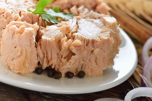 Tuńczyk ma delikatny smak. Dlatego świetnie komponuje się z wieloma dodatkami. Można go piec, grillować, smażyć, wędzić, suszyć, a także jeść na surowo. Przepisy z tuńczykiem