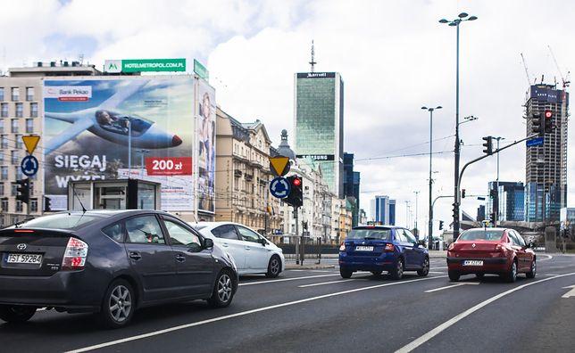 Warszawa. Przez rondo Dmowskiego przejeżdża o ponad połowę mniej samochodów niż na początku marca
