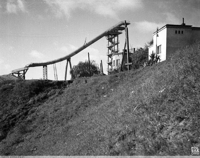Warszawska skocznia Skarpa w latach 60. Miała swoje wspaniałe chwile, potem była tłem największej polskiej giełdy narciarskiej