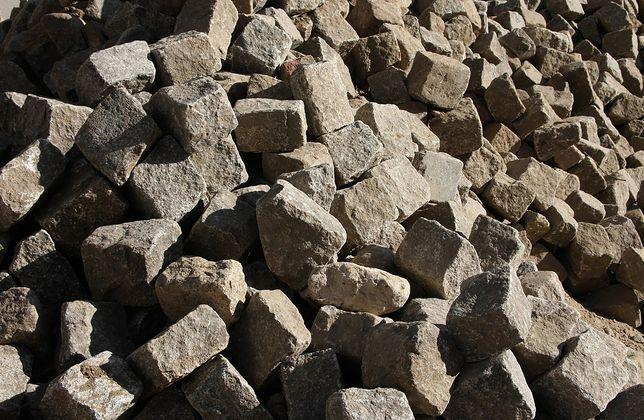 Śląskie. 65-latek przez kilka miesięcy kradł po jednej kostce granitowej.