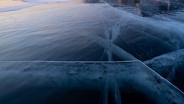 Tafla lodu (zdjęcie ilustracyjne)