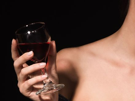 Już cztery kieliszki wina zagrażają zdrowiu kobiety