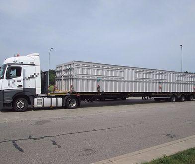 Ciężarówka z ponadgabarytowym ładunkiem. Kierowca i pilot ukarani