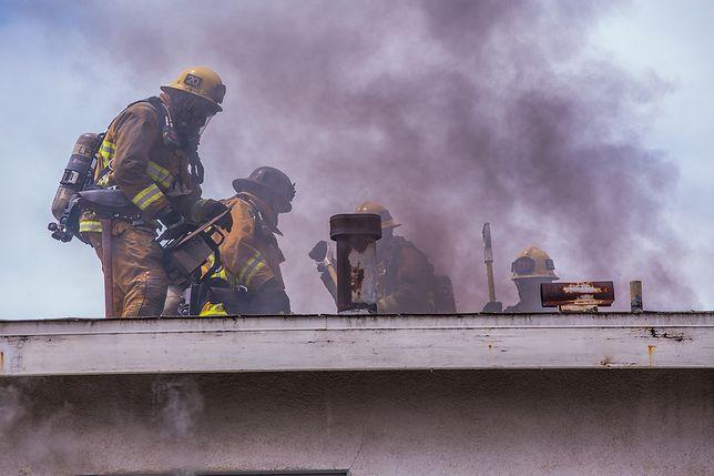 Nottinghamshire. 26-latek został z rodziną i jej dziećmi do czasu pojawienia się na miejscu strażaków