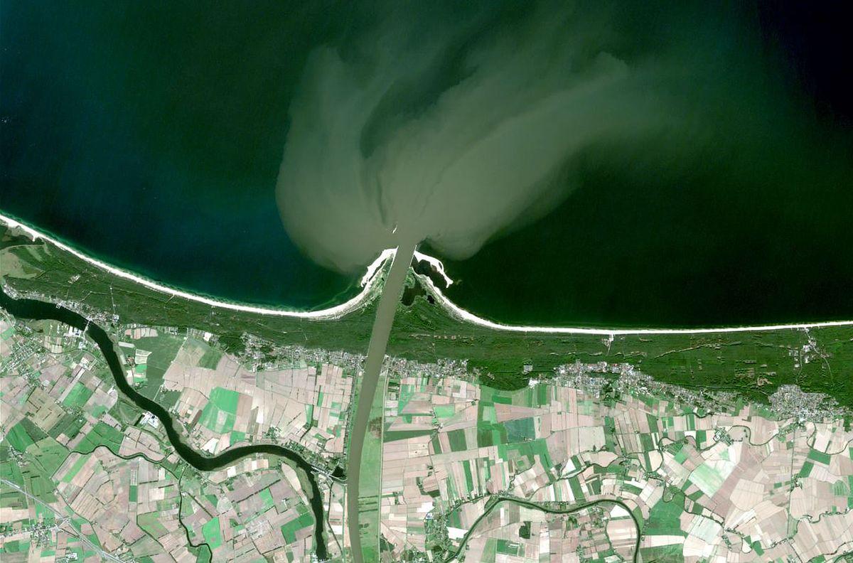 Fala wezbraniowa dotarła do Bałtyku. Widać ją na zdjęciu satelitarnym