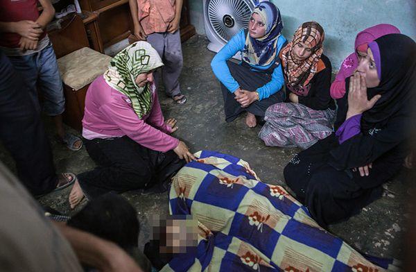Rodzina nad ciałami zabitego rodzeństwa - 3-latka i 14-latki