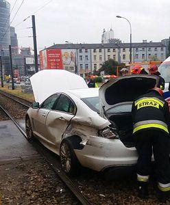 Wola. Jaguar wjechał pod tramwaj