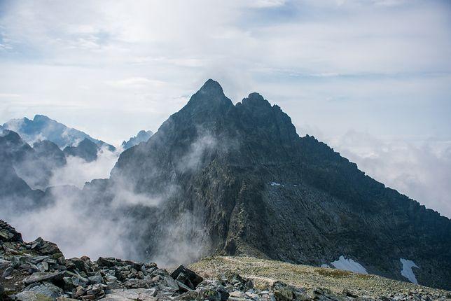 Wierzchołek północny Rysów, przez który biegnie granica, stanowi najwyżej położony punkt Polski i należy do Korony Europy