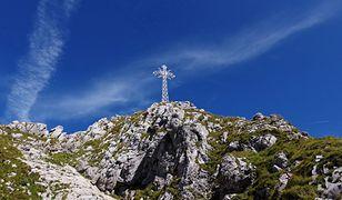 Zakopane. Tęczowa flaga na krzyżu na Giewoncie. Wierni przepraszali podczas modlitwy