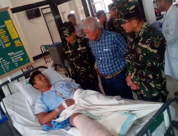 Filipiński minister obrony Voltaire Gazmin oraz szef sztabu sił zbrojnych Hernando Iriberri odwiedzają żołnierza rannego w ostatniej potyczce z Abu Sajjaf