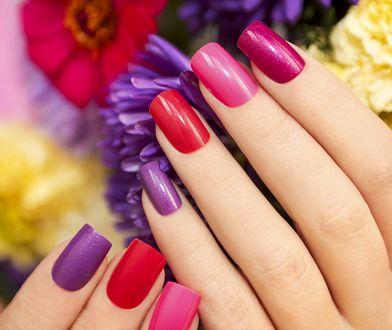 W 2018 r. bardzo modne są paznokcie nude, paznokcie czerwone, paznokcie różowe, paznokcie fioletowe i paznokcie błyszczące.